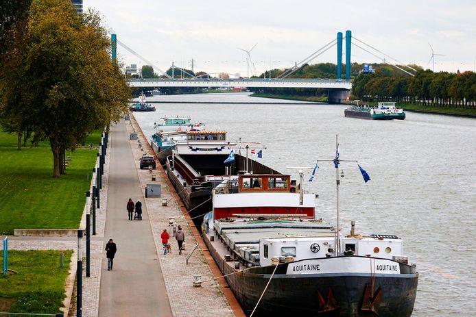 Vrachtschepen langs Merwedekanaal aan de Chuchillaan , gezien vanaf de Prins Clausbrug.
