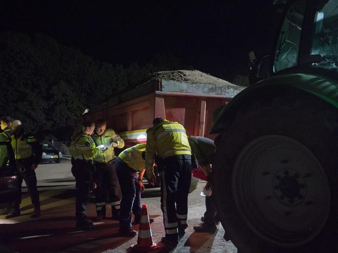 De lading van deze tractor werd ook gecontroleerd.