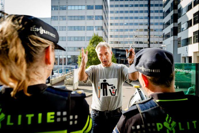 Edwin Wagensveld tegenover twee politie-agenten bij de rechtbank in Amsterdam