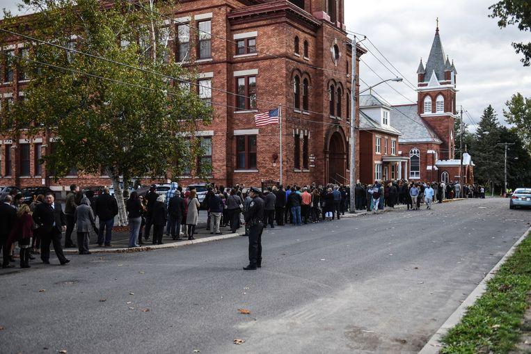 Honderden mensen staan in de rij om een laatste eer te betuigen aan acht van de 20 slachtoffers van de vreselijke crash met de limousine in New York.