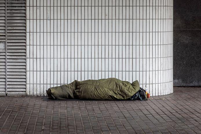 Dakloze slaapt op een station, foto: Getty Images