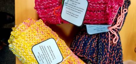 Leerdamse breidt sjaals voor de voedselbank: 'Warme omhelzing tegen de kou'