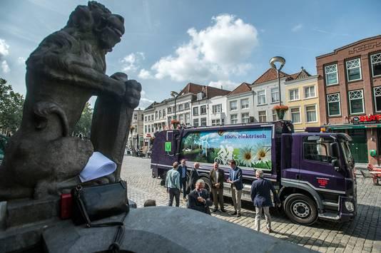 breda-foto : ron magielse presentatie voor stadhuis op grote markt van eerste elektrische vuilniswagen voor breda