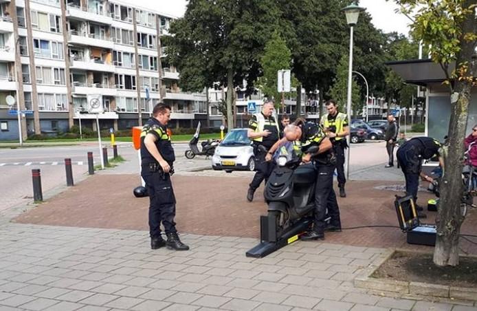 Agenten voeren een verkeerscontrole bij Kort Ambacht in Zwijndrecht uit.