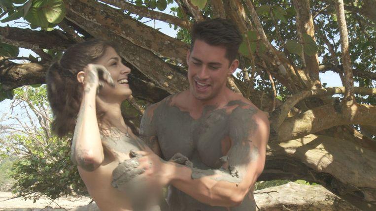 Jessie Nizewitz nam deel aan 'Dating Naked' en was ervan overtuigd dat haar intieme delen 'geblurd' zouden worden zoals haar borst op deze foto.