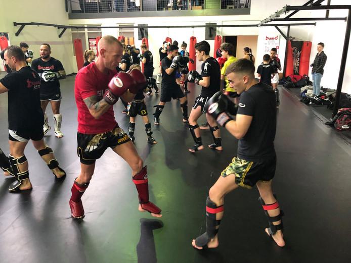 Kickboksers in actie tijdens de seminar van Robin van Roosmalen bij Diablo Gym in Bergen op Zoom. Uiterst links Robin.