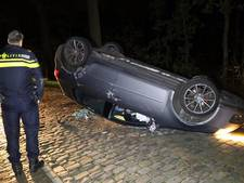 Auto belandt op dak in Lage Mierde