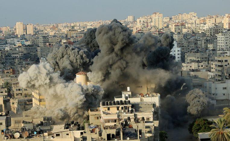 Een explosie na een Israëlische raketaanval op het cultuurcentrum Said al-Mis'hal in Gaza-stad. Beeld AP
