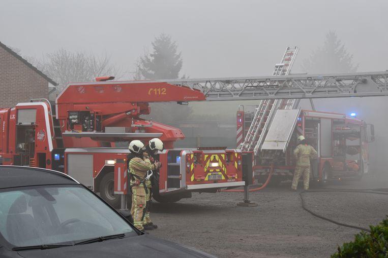 De brandweer had heel wat werk om de brand onder controle te krijgen.