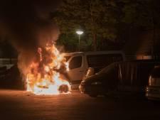 Twee bestelbusjes branden uit in Deventer
