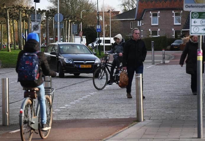 Diverse verkeersdeelnemers op de IJsselsteinse Overtoom.