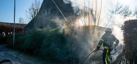 Schuurtje kan niet meer gered worden na brand in  Hooge Zwaluwe