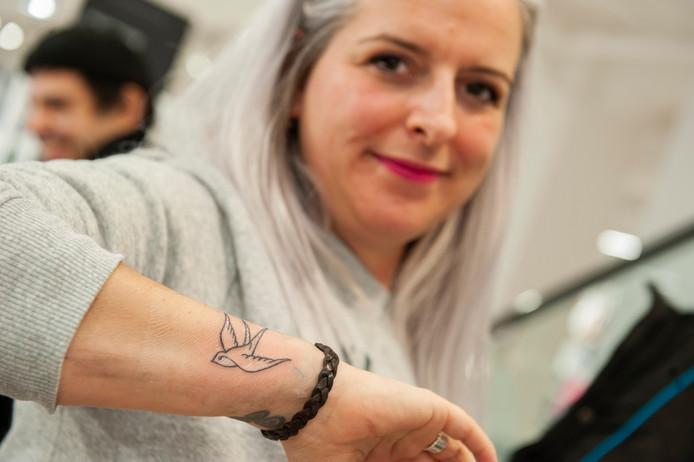 Ook Elkie uit Den Bosch heeft een tattoo laten zetten in het warenhuis.