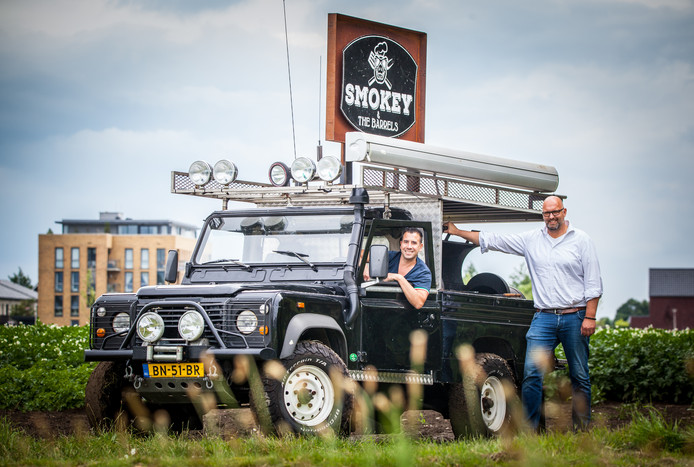 Organisator Kees Mourits (r) bij zijn foodtruck Smokey & The Barrels.