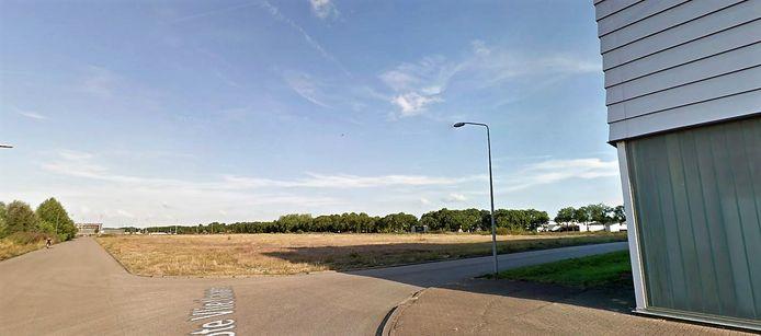 Pal achter de bestaande bedrijfsgebouwen (rechts) komt een groot parkeerterrein en daarachter over de volle breedte de nieuwe mega-bouwmarkt. De weg Groote Vliet loopt maar tot het parkeerterrein.