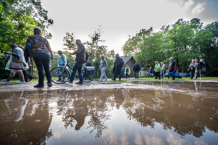 Het terrein liep na de bui snel onder water, net als het decor van het openluchttheater.