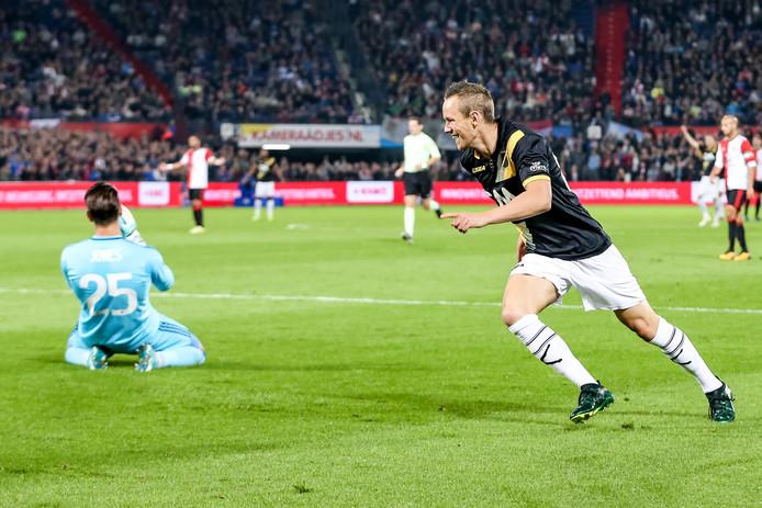 Enevoldsen scoort na een blunder van Feyenoord-doelman Brad Jones in De Kuip.