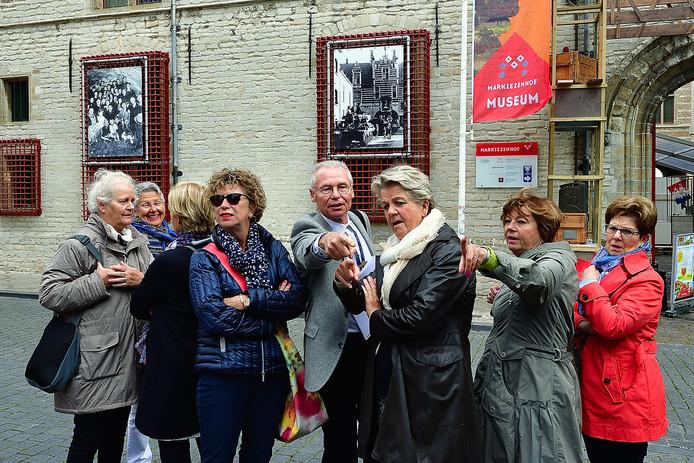Gids Jan Jongenelen weet het verhaal over de bevrijding boeiend te vertellen. 'Kijk daar loopt de Grebbe waar mensen zaten ondergedoken'.