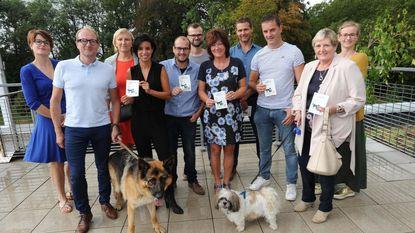 Dierenminister kleeft zelf eerste huisdierenstickers