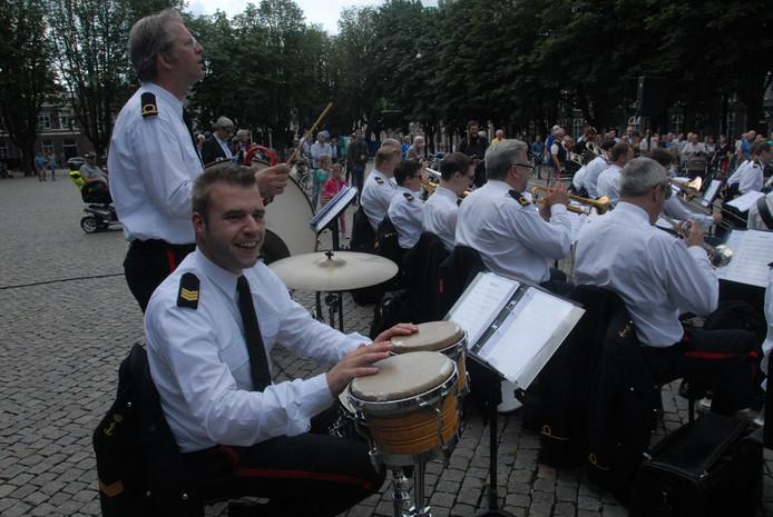 Percussionist-sergeant Sander Simons, met naast hem adjudant Niels Jenster.