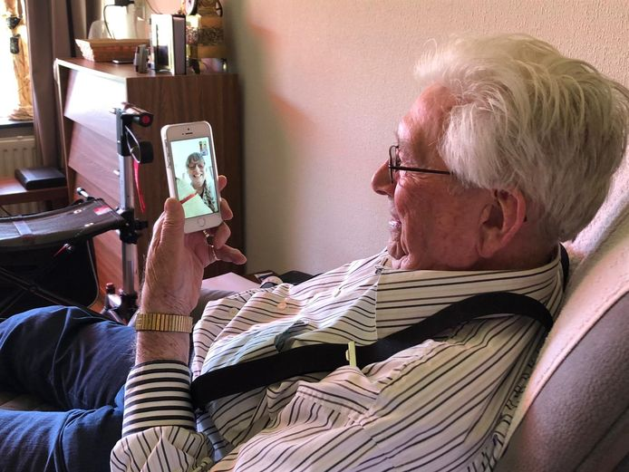 Jan Holtkamp (92) is in het Haaksbergse woonzorgcentrum Het Saalmerink aan het 'beeldbellen' met zijn dochter in Duitsland.