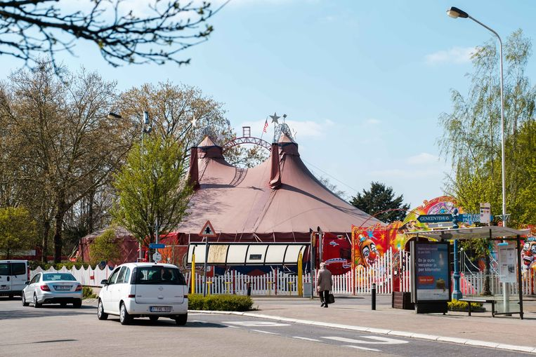 Opbouw Circus Vegas aan het kerkplein van Schelle.