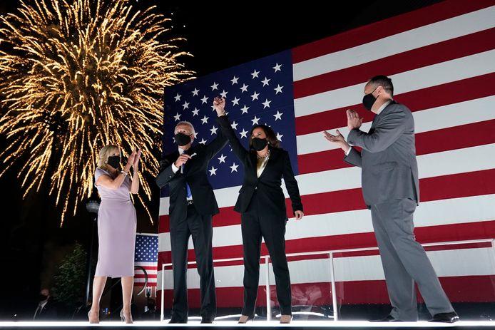 Presidentskandidaat Joe Biden en zijn 'running mate' Kamala Harris, beiden bijgestaan door hun echtgenoten, genieten van het vuurwerk na afloop van de conventie van de Democraten. (20/08/2020)
