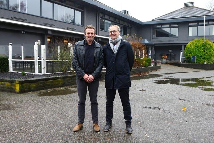 Projectleider Arnaud de Bruin (l) en architect Tjerk van de Wetering voor het hotel aan de Van Hogendorpweg.