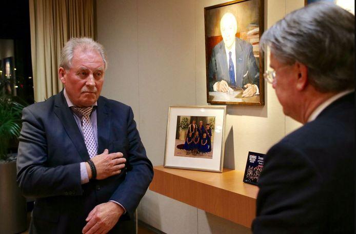 Harrie Nuijten legt de belofte af voor commissaris van de Koning Wim van de Donk.