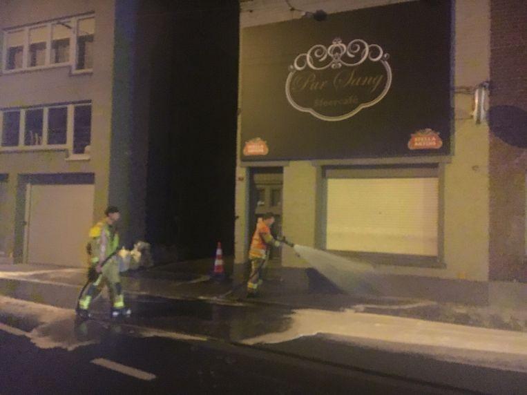 De brandweer zorgde voor het schoonspuiten van het wegdek.
