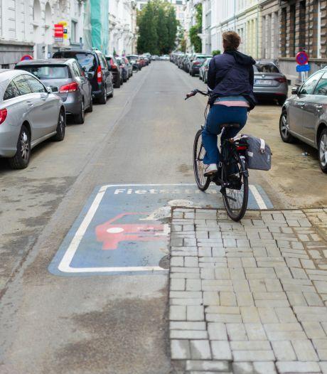 Oeps, nutswerken happen stuk uit nieuwe sticker fietsstraat