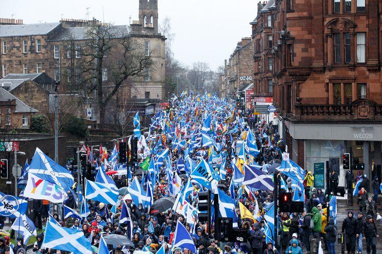Tienduizenden demonstranten trekken door de straten van Glasgow.