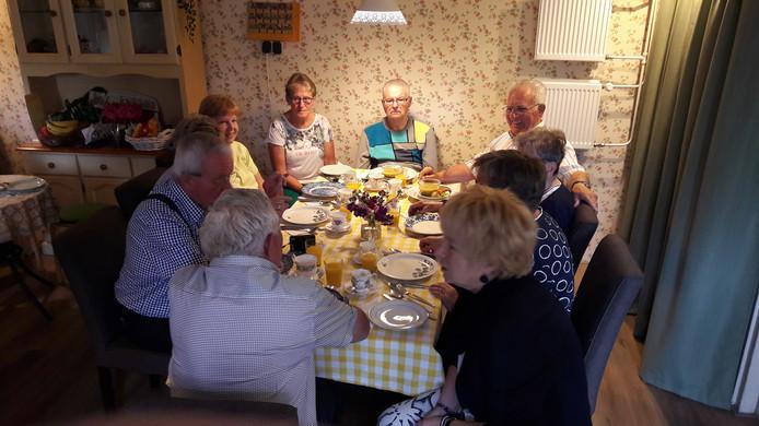 Een van de tafels in de keuken van De Regenboog tijdens de zomerlunch.