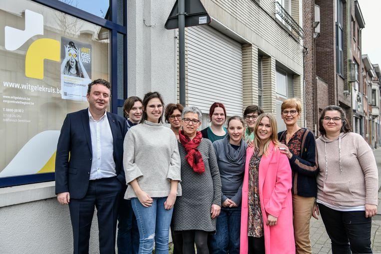 Hilde De Vos (midden met rode sjaal) werd nog een laatste keer gevierd door haar collega's.