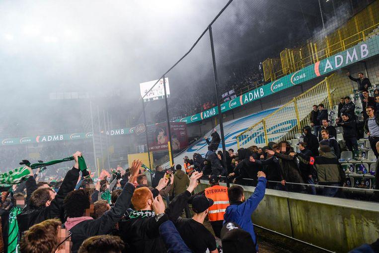 Een groep Cerclesupporters trok naar de tribune van Beerschot Wilrijk om de bezoekende fans te provoceren.