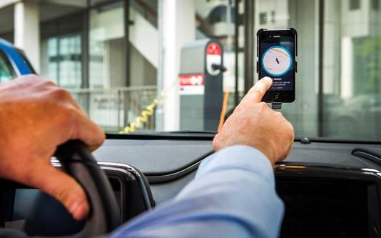 Archiefbeeld ter illustratie: een chauffeur van Uber accepteert een aanvraag voor een rit van een klant.