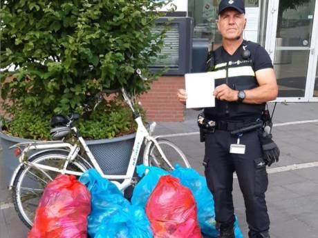 Wijkagent Jean-Louis dropt 7 zakken afval voor stadhuis Kampen: 'Kijk welke rotzooi de jeugd achterlaat aan het water'