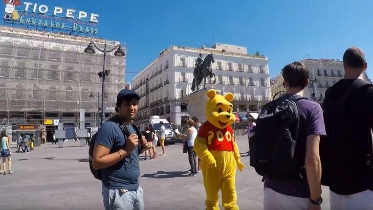 De bewuste straatartiest in zijn Winnie de Poeh-pak.