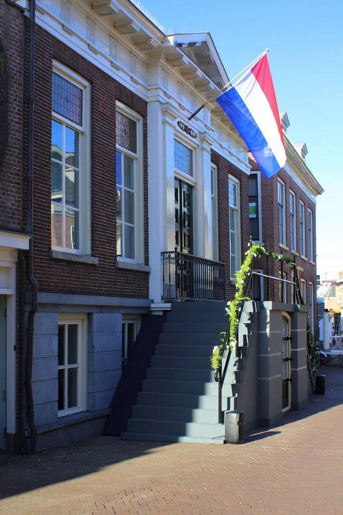 Het bordes van het oude gemeentehuis in Werkendam.