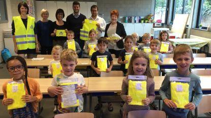 Leerlingen nemen gratis fluohesjes in ontvangst