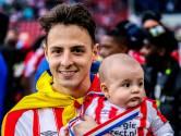 Santiago Arias zwaait de supporters van PSV nog eenmaal uit
