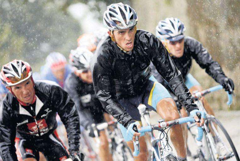 Alberto Contador leidt de jacht in het slechte weer tussen Burgos en finishplaats Suances, waar Paolo Bettini de snelste zou blijken. Foto EPA/Manuel Bruque Beeld