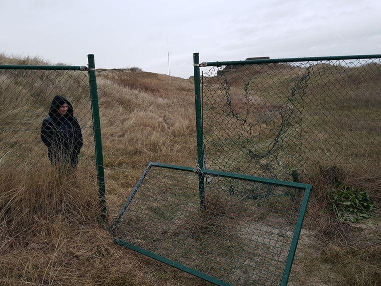 Ook het hek is vernield.