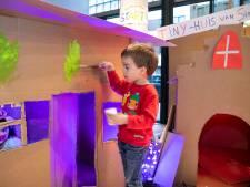 Jongste jeugd steekt in Ede de handen uit de mouwen om een heus sinterklaashuis te bouwen