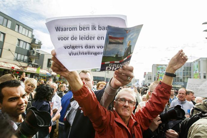 Voor en tegenstanders van opvang vechten om aandacht tijdens een bezoek van Geert Wilders aan Almere.