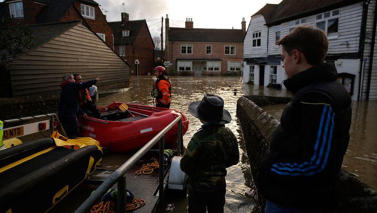 Yalding, een stad in het Verenigd Koninkrijk staat op eerste kerstdag onder water. Beeld getty