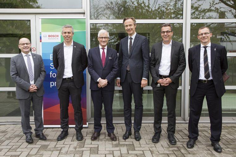 Minister-president Geert Bourgeois poseert samen met het bestuur van Bosch Tienen.