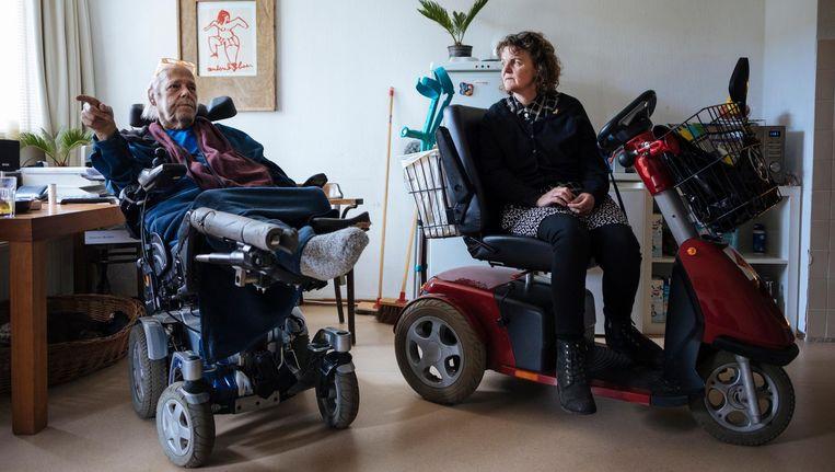 Ex-piloot Gertjan Vercouteren en zijn buurvrouw Mariëtte Swagerman, ms-patiënt Beeld Marc Driessen