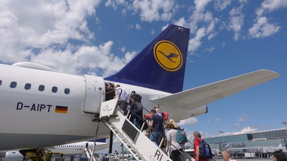 Het wetsontwerp voorziet een verhoging van de vliegtaks met ongeveer 3 euro voor vluchten binnen Duitsland en de EU.