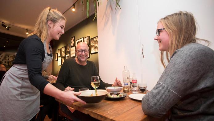 Vrolijke gezichten bij de presentatie van tapasgerechten in restaurant Sal do Mar in Rhenen.